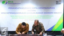 Dirut BPJS Ketenagakerjaan Agus Susanto (kanan) bersama Kepala Badan Ekonomi Kreatif Triawan Munaf menandatangani nota kesepahaman di Jakarta, Rabu (13/9). (Liputan6.com/Angga Yuniar)