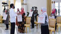 Presiden Joko Widodo berbincang-bincang dengan para penerima Bantuan Presiden (Banpres) Produktif bagi pelaku usaha mikro di Yogyakarta, Jumat (28 Agustus 2020). (Dok BNI)