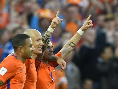 Para pemain Belanda, Wesley Sneijder (kanan), Arjen Robben (tengah) dan Memphis Depay merayakan gol saat melawan Luksemburg pada Kualiifikasi Piala Dunia 2018 di Rotterdam. (AFP/ John Thys)