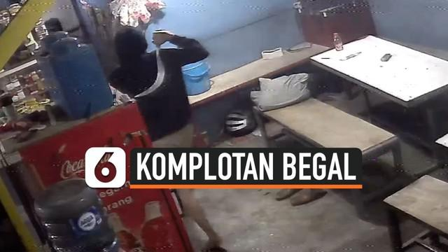 Polrestro Bekasi Kota menggulung kawanan begal yang viral di sosmed saat merampok tempat pencucian mobil. 3 orang begal ditangkap 21 masih buron. 2 pelaku berstatus pelajar SMP dan SMA.
