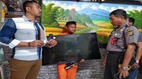 Pencuri televisi dan dua HP di gerai pizza, Eko Purnomo, diringkus polisi di tempat asalnya di Jember (Indra Prasetia/Radar Bali)