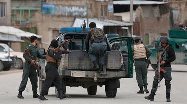 Personel Afghanistan tiba di lokasi serangan di Kabul.