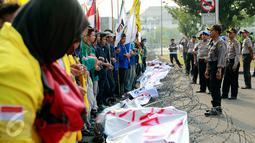 Polisi melakukan penjagaan saat BEM Seluruh Indonesia menggelar aksi di depan Istana Negara, Jakarta, Rabu (28/10/2015). Aksi tersebut untuk menyampaikan aspirasi terkait setahun kinerja pemerintah. (Liputan6.com/Yoppy Renato)