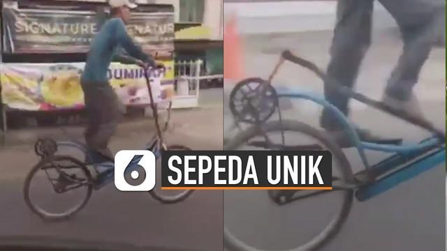 Bentuk sepeda yang digunakan pria tersebut hampir mirip alat olahraga treadmill.