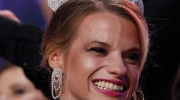 Miss Belarus Aleksandra Chichikova terpilih sebagai Miss Wheelchair World di Warsawa, Polandia, Sabtu (7/10). Maria merupakan mahasisiwi 23 tahun yang menggunkan kursi roda sejak 10 tahun lalu, lantaran ditembak orang asing. (AP/Czarek Sokolowski)