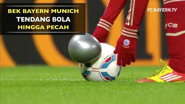 Mantan bek Bayern Munich, Daniel Van Buyten pernah menendang bola hingga pecah saat pertandingan