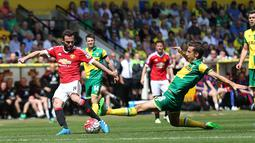 Pemain MU, Juan Mata, berusaha melakukan tembakan ke arah gawang Norwich City dalam lanjutan Premier League, di Stadion Carrow Road, Norwich, Sabtu (7/5/2016). (AFP/Justin Tallis))