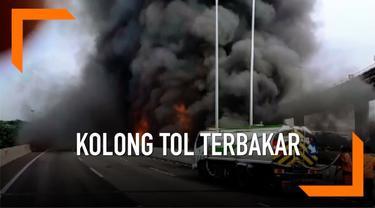 Kebakaran melanda kolong tol Pluit hari Sabtu pagi. Api berkobar besar hingga mengganggu arus lalu lintas menuju Bandara Soekarno Hatta dan Tanjung Priok.