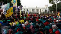 Badan Eksekutif Mahasiswa Seluruh Indonesia (BEM-SI) menggelar aksi di depan Istana Negara, Jakarta, Rabu (28/10/2015). Aksi tersebut untuk menyampaikan aspirasi terkait setahun kinerja pemerintah. (Liputan6.com/Yoppy Renato)