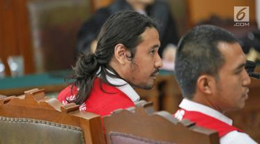 Musikus Marcello Tahitoe atau Ello bersama rekannya, Diego menjalani sidang kasus penyalahgunaan narkoba di PN Jakarta Selatan, Selasa (28/11). Sidang tersebut beragendakan pembacaan keterangan terdakwa. (Liputan6.com/Herman Zakharia)