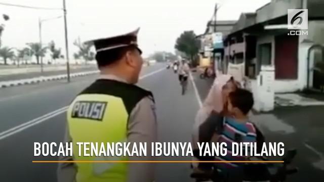 Aksi seorang bocah menenangkan ibunya yang tengah marah-marah tak terima ditilang Polisi menuai pujian dari warganet