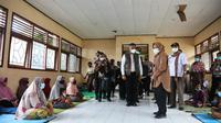 Menteri Sosial Tri Rismaharini mengunjungi pengungsi bencana banjir bandang di Nusa Tenggara Timur (NTT), Kamis (8/4/2021). (Dok Kemsos)