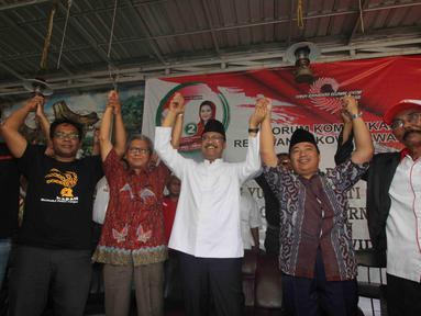Calon Gubernur Jawa Timur nomor urut Dua Syaifullah Yusuf (Gus Ipul) berfoto bersama Forum Komunikasi Relawan Jokowi Jawa Timur di Surabaya, Kamis (22/3). (Liputan6.com/Pool/Dodi)