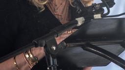 Madonna berpidato pada pembukaan fasilitas medis The Mercy James Institute for Paediatric Surgery and Intensive Care di Malawi, Selasa (11/7). Fasilitas itu difungsikan sebagai pusat layanan bedah dan perawatan intensif untuk anak-anak (AMOS GUMULIRA/AFP)