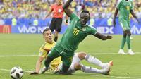 Pemain Senegal, Sadio Mane (depan) jatuh saat berebut bola dengan pemain Kolombia, Mateus Uribe pada laga terakhir grup H di Samara Arena, Samara, Rusia, (28/6/2018). Kolombia menang 1-0. (AP/Martin Meissner)