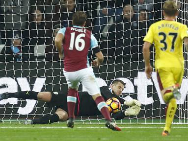 Kiper Burnley, Tom Heaton menjadi yang teratas sebagai penjaga gawang dengan penyelamatan terbanyak yaitu 77 kali mengamankan gawang hingga pekan ke-17 Premier League. (Reuters/Eddie Keogh)