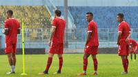 Hujan sempat menunda sesi latihan Arema di Stadion Kanjuruhan, Kabupaten Malang, Senin (14/1/2019). (Bola.com/Iwan Setiawan)