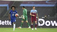 Pemain Chelsea Willian berlari dengan memegang bola kembali ke lingkaran tengah usai mencetak gol ke gawang West Ham United pada pertandingan Premier League di London Stadium, London, Inggris, Rabu (1/7/2020). West Ham United mengalahkan Chelsea 3-2. (Michael Regan/Pool via AP)