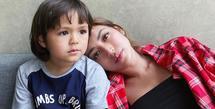 Sebagai ibu, Jessica Iskandar mengajarkan banyak hal ke buah hatinya, El Barack. Salah satunya adalah berbagi dengan sesama. Sudah menetap di Bali, Jedar mengajak El mengunjungi salah satu panti asuhan di sana. (Instagram/inijedar)
