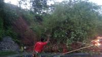 Jalur nasional Jabar Selatan Malangbong-Bandung tersendat tertutup material longsor (Liputan6.com/Jayadi Supriadin)