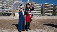 Orang-orang yang mengenakan kostum era Napoleon Bonaparte berdiri di pantai dalam rangka peringatan 200 tahun kematian Napoleon Bonaparte di Saint-Helene, Golfe-Juan, Prancis, 16 Maret 2021. Napoleon berasal dari sebuah keluarga bangsawan lokal dengan nama Napoleone di Buonaparte. (Valery HACHE/AFP)