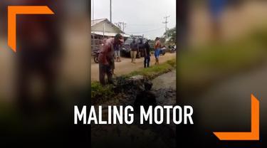 Geram karena mencoba kabur usai terciduk mencuri motor, warga melempar maling ke kali penuh lumpur.