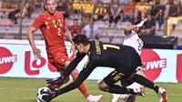 Kiper Belgia, Thibaut Courtois mengamankan bola sepakan pemain Mesir, Trezeguet pada laga uji coba di King Baudouin stadium, Brussels, (6/6/2018) waktu setempat. Belgia menang 3-0.(AP/Geert Vanden Wijngaert)