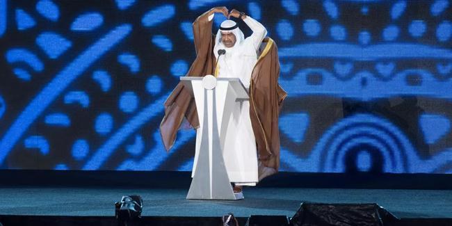 Syeikh Ahmad Al Fahad Al Sabah tak ragu memberikan tanda cinta/copyright Liputan6.com