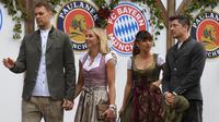 Kiper Bayern Munchen, Manuel Neuer bersama istrinya Nina Neuer dan striker Robert Lewandowski dan istrinya Anna Lewandowska tiba menghadiri festival bir Oktoberfest 2019 di Munich, Jerman selatan (6/10/2019). (AFP Photo/Christof Stache)
