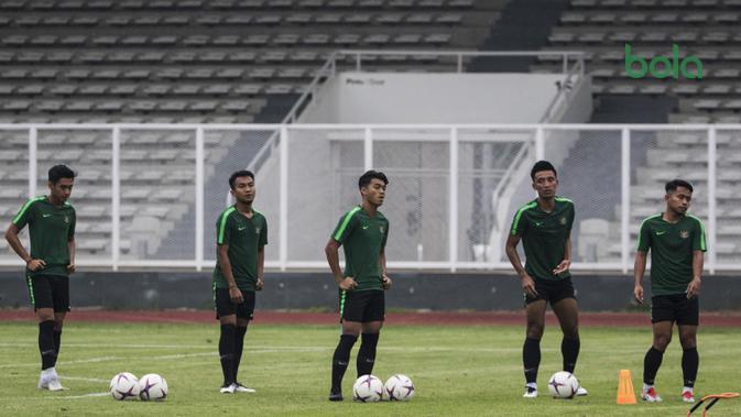 Para pemain Timnas Indonesia saat latihan di Stadion Madya, Jakarta, Minggu (11/11). Latihan ini persiapan jelang laga Piala AFF 2018 melawan Timor Leste. (Bola.com/Vitalis Yogi Trisna)