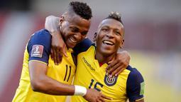 Pemain Ekuador, Michael Estrada dan Mario Pineida, melakukan selebrasi usai mencetak gol ke gawang Uruguay pada laga kualifikasi Piala Dunia 2022 di Stadion Casa Blanca, Rabu (14/10/2020). Ekuador menang dengan skor 4-2. (Rodrigo Buendia/Pool via AP)