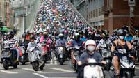 Pengendara sepeda motor melintasi Jembatan Taipei pada jam sibuk pagi hari, China (21/5). Sebelumnya telah beredar sebuah video mengejutkan mengenai kondisi sebuah jalan yang dipenuhi oleh antrean motor. (AFP Photo/Chris Stowers)