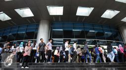 Ratusan pencari kerja mengantri masuk mengikuti Indonesia Career Expo 2016 di SMESCO Exhibiton Hall, Jakarta, Jumat (8/1/2016). Berdasar data BPS pada Agustus 2015, jumlah penganggur terbuka mencapai 7,56 juta orang. (Liputan6.com/Helmi Fithriansyah)