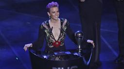 Penyerang Amerika Serikat, Megan Rapinoe memberi sambutan usai menerima penghargaan pemain Wanita FIFA Terbaik 2019 di teater La Scala Milan, Italia utara (23/9/2019). Di acara tersebut Rapinoe tampil seksi mengenakan gaun hitam dengan belahan dada rendah. (AP Photo/Antonio Calanni)