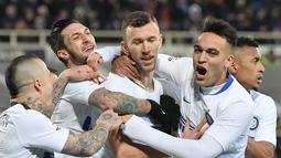 Selebrasi gol ketiga Inter Milan yang dicetak Ivan Perisic pada laga lanjutan Serie A yang berlangsung di stadion Artemio Franci, Firenze, Senin (25/2). Inter Milan imbang 3-3 kontra Fiorentina (AFP/Tiziana Fabi)