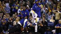 Selebrasi para pemain Golden State Warriors saat timnya mencetak poin melawan Memphis Grizzlies pada laga NBA basketball games di ORACLE Arena, Oakland (20/12/2017). Warriors menang 97-84.   (Ezra Shaw/Getty Images/AFP)