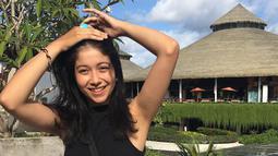 Wanita blasteran Bali-Italia ini selalu berpenampilan casual namun tetap kece. (Liputan6.com/IG/@ambarmarino)