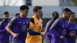 Seketika mantan penjaga gawang Real Madrid itu langsung dilarikan ke rumah sakit. (AFP/Miguel Riopa)