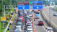Kendaraan antre menunggu dibukanya jalur menuju kawasan Puncak dan sekitarnya di pintu keluar Tol Gadog, Ciawi, Bogor, Jawa Barat, Kamis (29/10/2020). Libur panjang dimanfaatkan warga Ibu Kota untuk mengisi liburan. (merdeka.com/Arie Basuki)