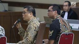 Terdakwa dugaan suap fungsi pengawasan DPRD Kalimantan Tengah terhadap pencemaran lingkungan Willy Agung (kiri) dan Teguh Dudy Syamsuri menjawab pertanyaan pada sidang lanjutan di Pengadilan Tipikor, Jakarta, Rabu (13/2). (Liputan6.com/Helmi Fithriansyah)