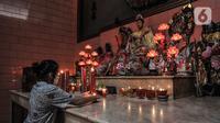 Pekerja menyiapkan lilin di Klenteng Da Bo Gong atau Wihara Bahtera Bhakti, Ancol, Jakarta, Rabu (3/2/2021). Berbagai persiapan  seperti mencuci patung dewa atau rupang, menuliskan nama dan doa pada lilin hingga menyiapkan fasilitas penunjang protokol kesehatan. (merdeka.com/Iqbal S. Nugroho)