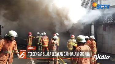 Kebakaran terjadi di gudang kembang api di kawasan Pasar Pagi Asemka, Jakarta Barat. Belum diketahui pasti penyebab terjadinya kebakaran tersebut terjadi.