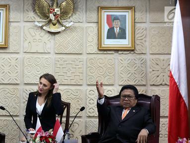 Ketua DPD RI Oesman Sapta Odang (kanan) berbincang dengan Ketua Senat Polandia Stanislaw Karczewski (kiri), Jakarta, Selasa (3/10). Kunjungan Stanislaw Karczewski dalam rangka membahas kemungkinan kerja sama di berbagai bidang. (Liputan6.com/Johan Tallo)