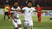 Striker Timnas Indonesia U-16, Bagus Kahfi, merayakan gol yang dicetaknya ke gawang Vietnam bersama saudara kembar, Bagas Kaffa, dalam laga lanjutan Piala AFF U-16 2018 di Stadion Gelora Delta, Sidoarjo, Kamis (2/8/2018). (Bola.com/Aditya Wany)