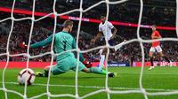 Proses terjadinya gol yang dicetak striker Inggris, Marcus Rashford, ke gawang Spayol pada laga UEFA Nation League di Stadion Wembley, London, Sabtu (8/9/2018). Inggris kalah 1-2 dari Spanyol. (AFP/Glyn Kirk)