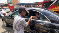 Mobil yang ditumpangi Jokowi terjebak macet di ruas Tol Tebet-Cawang dan terpaksa berhenti sesaat. (Agus Suparto/Fotografer Kepresidenan)