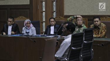 Terdakwa kasus suap pengadaan barang dan jasa di Pemkot Kendari, Asrun bersama anaknya yang juga Wali Kota Kendari nonaktif, Adriatma Dwi Putra menjalani sidang lanjutan di Pengadilan Tipikor, Jakarta, Rabu (12/9). (Liputan6.com/Herman Zakharia)