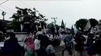 Pengunjuk rasa berorasi memohon kepada ibunda Jokowi Sujiatmi Notomiharjo agar memberikan nasihat kepada putranya.