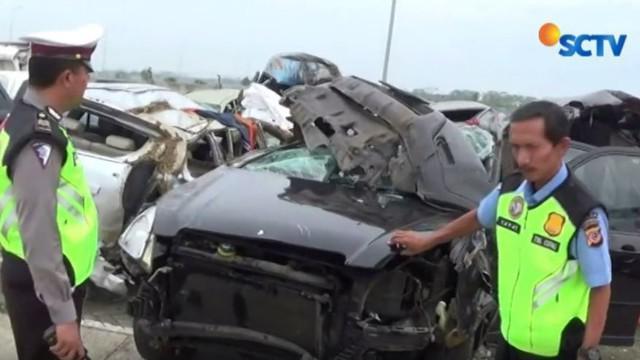 Akibat kehilangan kendali, tiga minibus terlibat kecelakaan di Tol Cipali KM 169, Majalengka, Jawa Barat.