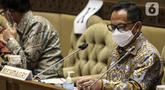 Mendagri Tito Karnavian menyampaikan penjelasan saat rapat kerja dengan Komisi II DPR di Gedung Nusantara, Jakarta, (13/7/2020). Tito meminta kepala daerah yang kembali maju pada Pilkada 2020 atau petahana tidak menggunakan dana Bansos untuk kepentingan pribadi. (Liputan6.com/Johan Tallo)